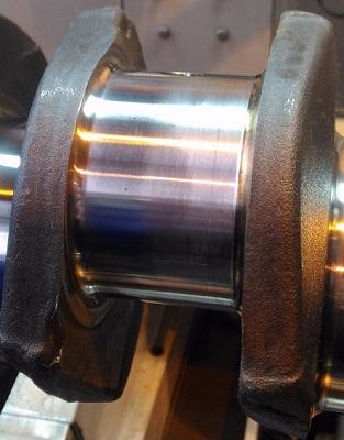 Рис.4 Вид (слева) полированной и шлифованной (справа) поверхности шатунной шейки КВ